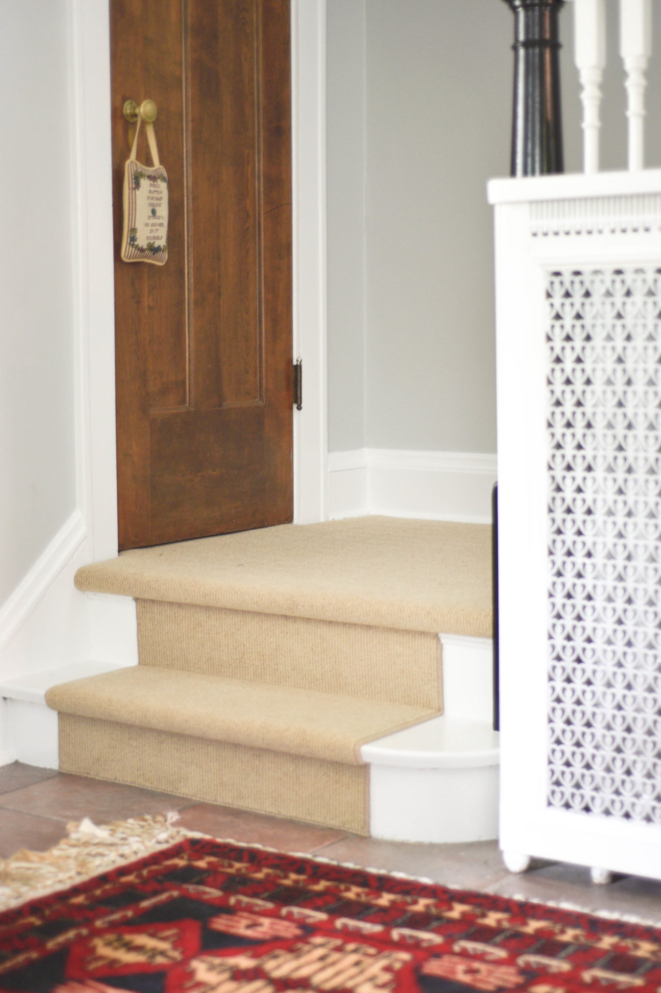 Home Bloggers Home Tour entryway styling with wool staircase runner and black banister www.homewithkeki.com